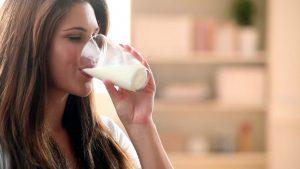 خوردن شیر برای پیشگیری از بیماری پوکی استخوان