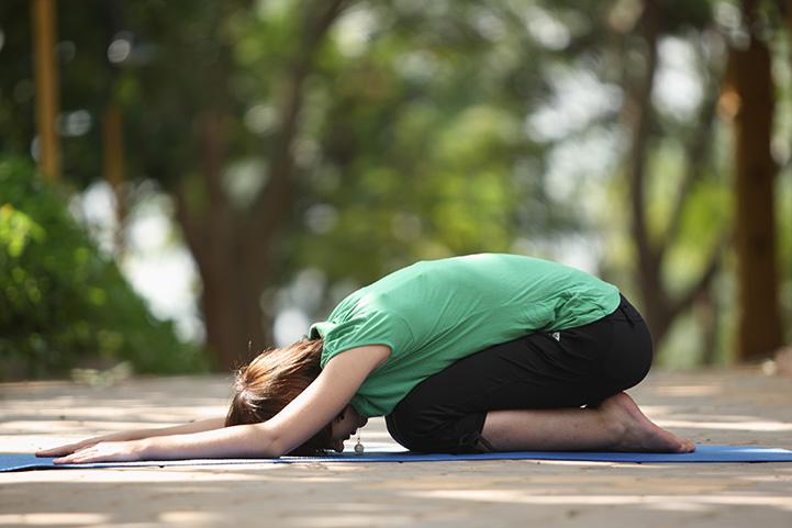 حرکت بچه یا child's pose یک تمرین عالی برای کاهش درد قاعدگی